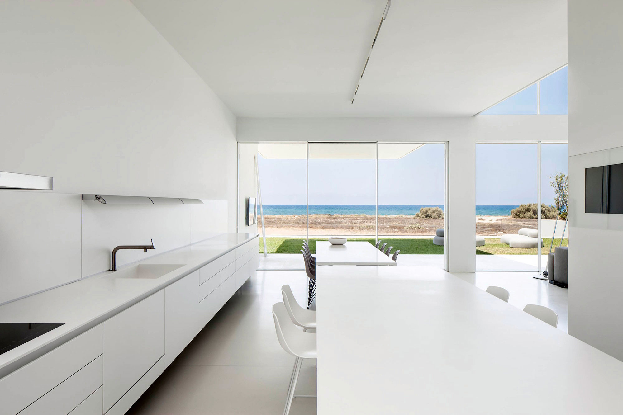 Luminous A House by the Sea home with Mediterranean Sea views by Pitsou Kedem Architects-11