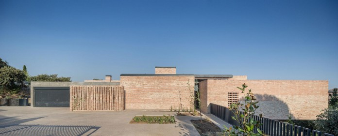 Single-Family-Brick-House-in-Molino-de-la-Hoz-by-Mariano-Molina-Iniesta-01