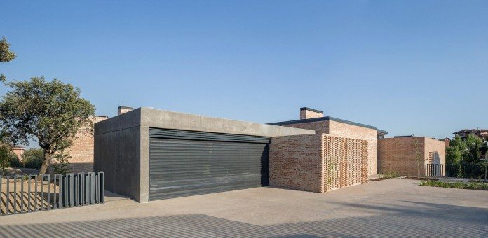 Single-Family-Brick-House-in-Molino-de-la-Hoz-by-Mariano-Molina-Iniesta-02
