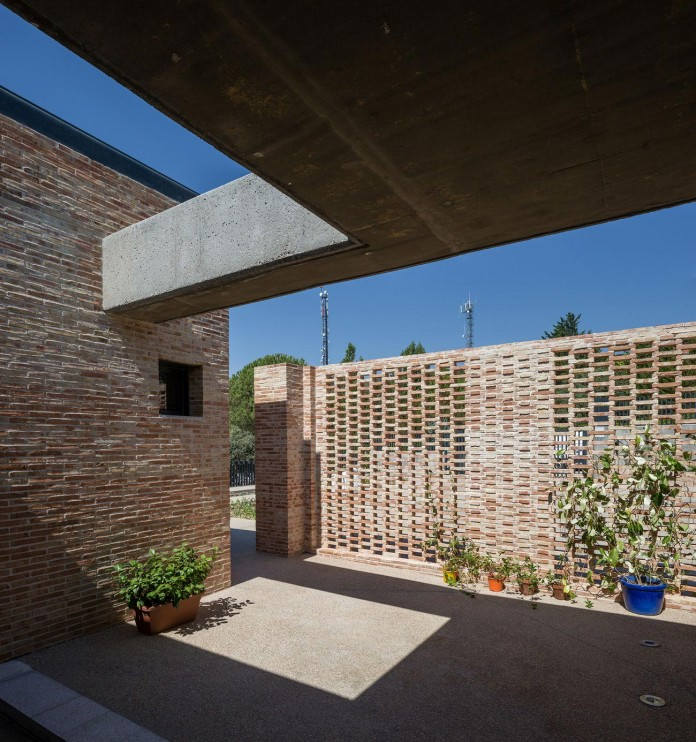 Single-Family-Brick-House-in-Molino-de-la-Hoz-by-Mariano-Molina-Iniesta-03