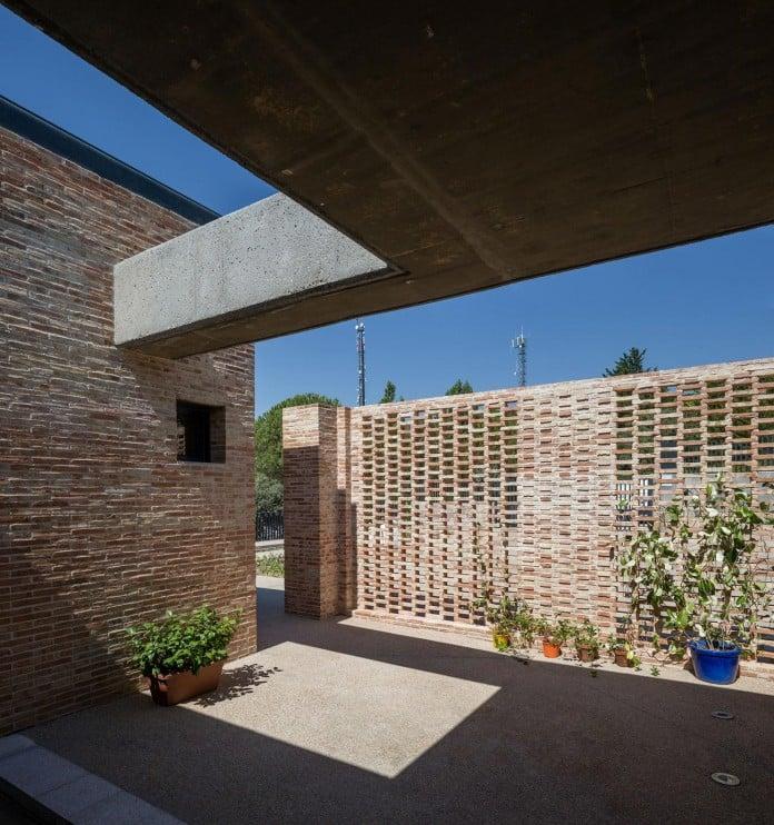 Single-Family-Brick-House-in-Molino-de-la-Hoz-by-Mariano-Molina-Iniesta-03