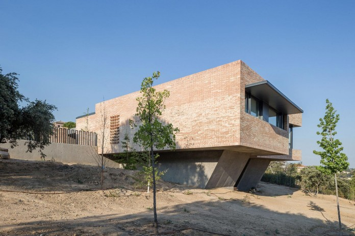Single-Family-Brick-House-in-Molino-de-la-Hoz-by-Mariano-Molina-Iniesta-04