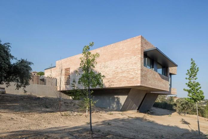 Single-Family-Brick-House-in-Molino-de-la-Hoz-by-Mariano-Molina-Iniesta-04