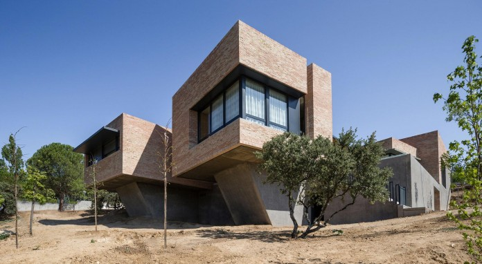 Single-Family-Brick-House-in-Molino-de-la-Hoz-by-Mariano-Molina-Iniesta-05