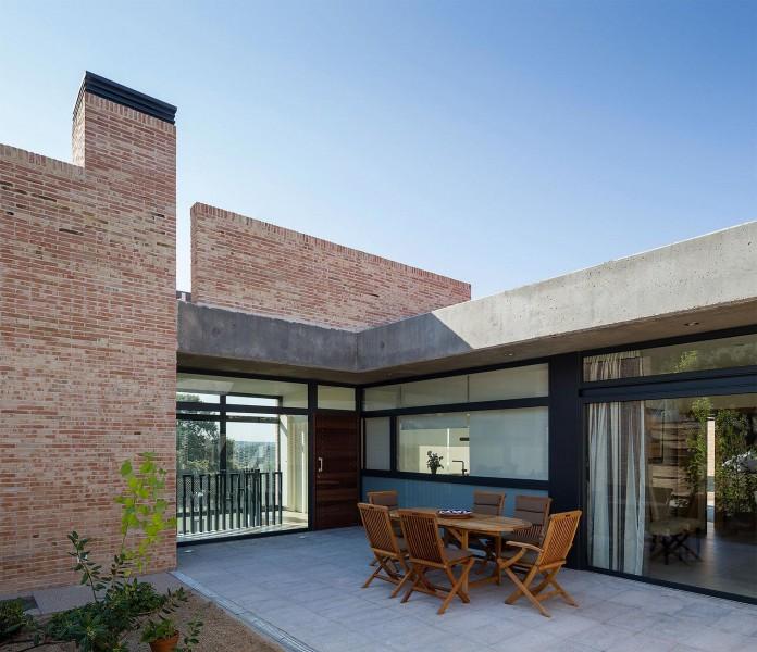 Single-Family-Brick-House-in-Molino-de-la-Hoz-by-Mariano-Molina-Iniesta-09