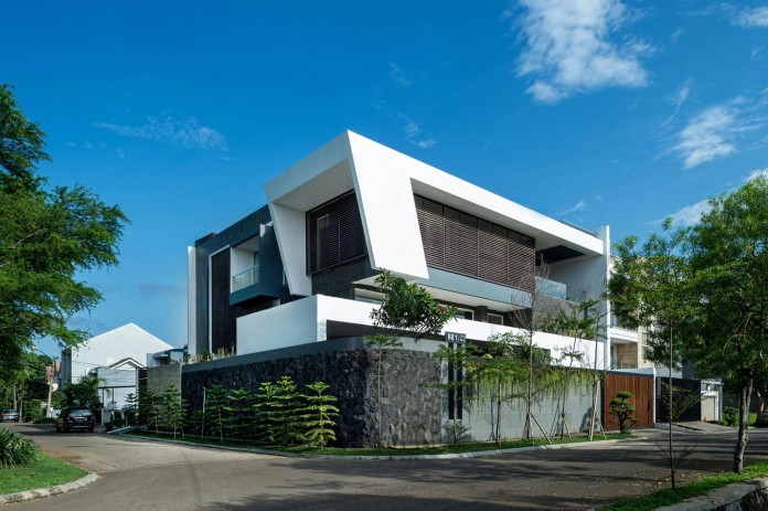Tropical-design-approach-of-modern-B+M-residence-by-DP+HS-Architects-01