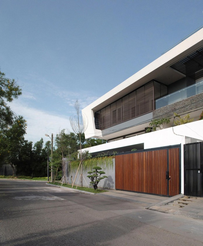 Tropical-design-approach-of-modern-B+M-residence-by-DP+HS-Architects-02