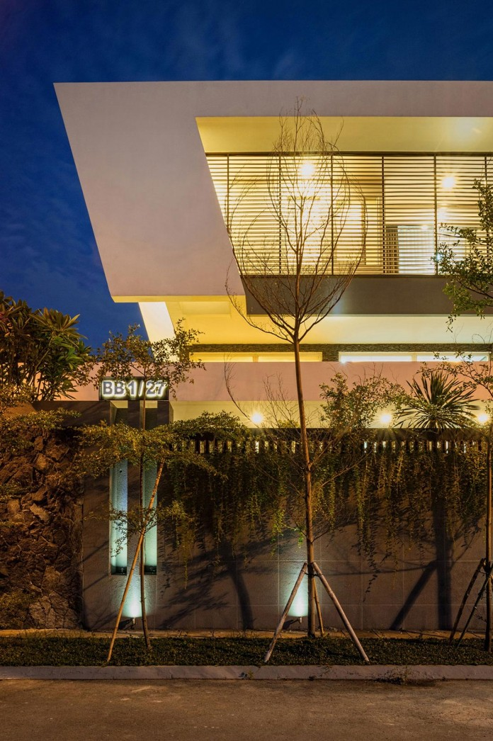 Tropical-design-approach-of-modern-B+M-residence-by-DP+HS-Architects-14