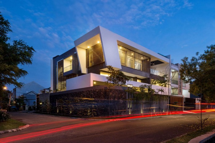Tropical-design-approach-of-modern-B+M-residence-by-DP+HS-Architects-17
