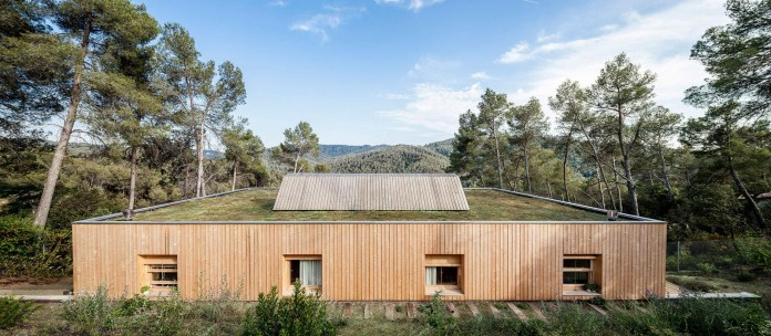 Wooden-LLP-home-in-the-middle-of-the-forrest-by-Alventosa-Morell-Arquitectes-01