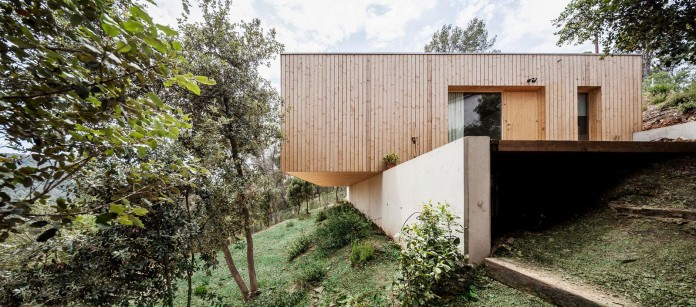 Wooden-LLP-home-in-the-middle-of-the-forrest-by-Alventosa-Morell-Arquitectes-03