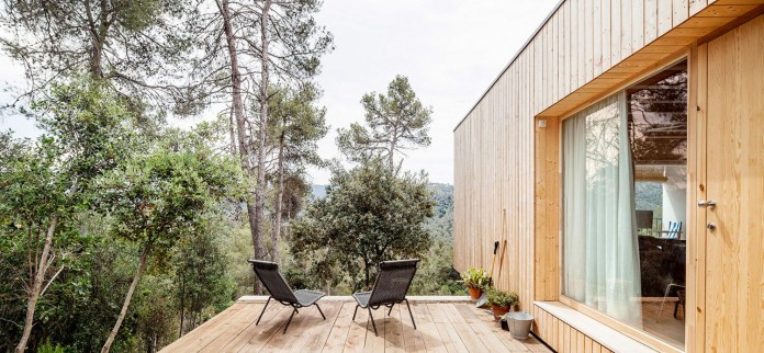 Wooden-LLP-home-in-the-middle-of-the-forrest-by-Alventosa-Morell-Arquitectes-04