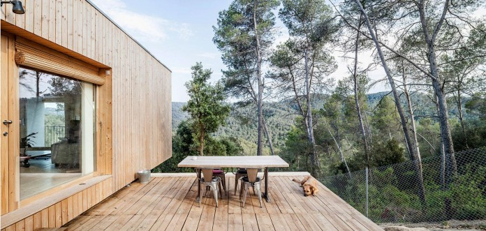 Wooden-LLP-home-in-the-middle-of-the-forrest-by-Alventosa-Morell-Arquitectes-05