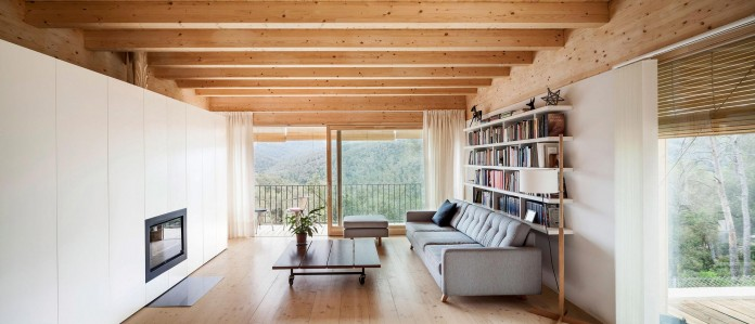 Wooden-LLP-home-in-the-middle-of-the-forrest-by-Alventosa-Morell-Arquitectes-07
