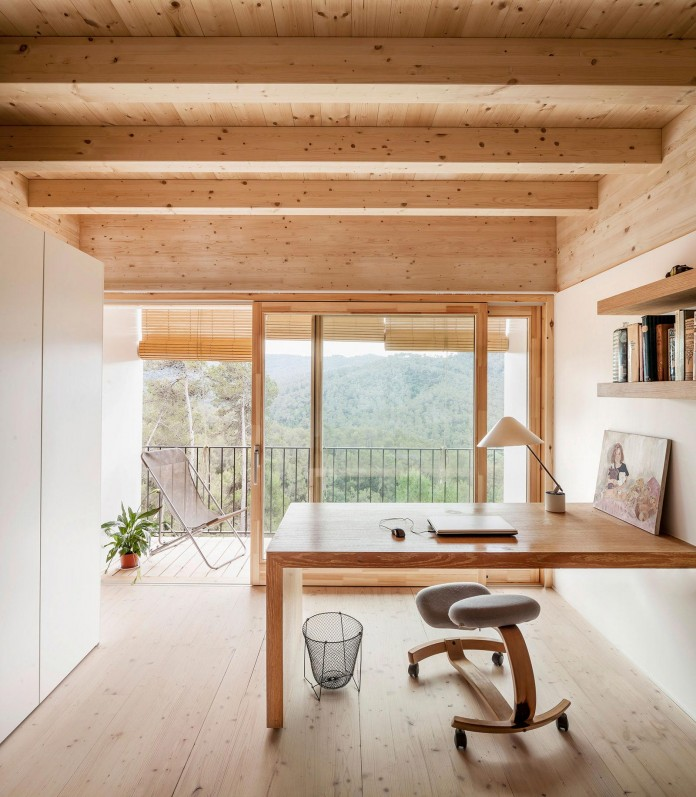 Wooden-LLP-home-in-the-middle-of-the-forrest-by-Alventosa-Morell-Arquitectes-11