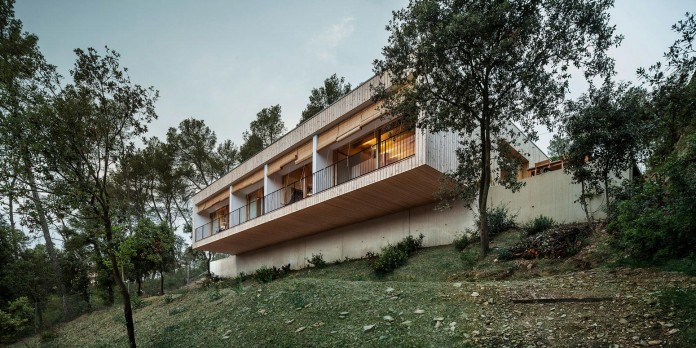 Wooden-LLP-home-in-the-middle-of-the-forrest-by-Alventosa-Morell-Arquitectes-13