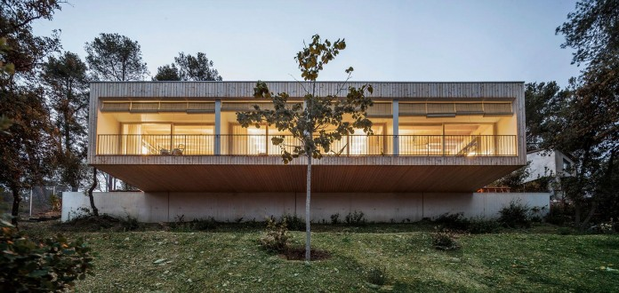Wooden-LLP-home-in-the-middle-of-the-forrest-by-Alventosa-Morell-Arquitectes-14