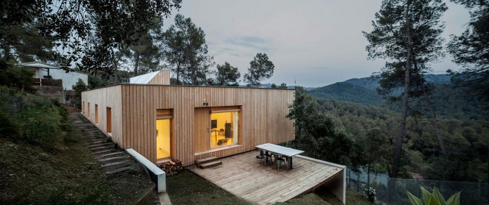 Wooden-LLP-home-in-the-middle-of-the-forrest-by-Alventosa-Morell-Arquitectes-15