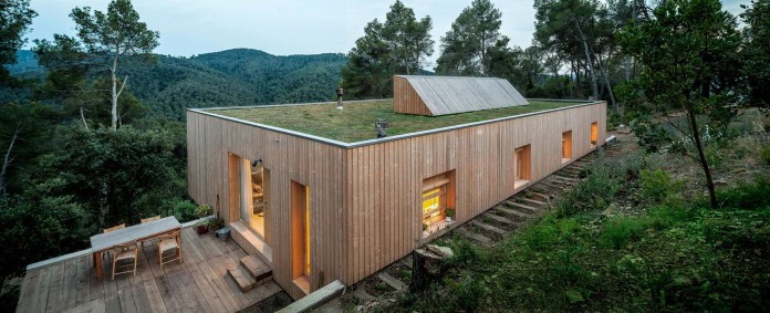 Wooden-LLP-home-in-the-middle-of-the-forrest-by-Alventosa-Morell-Arquitectes-16