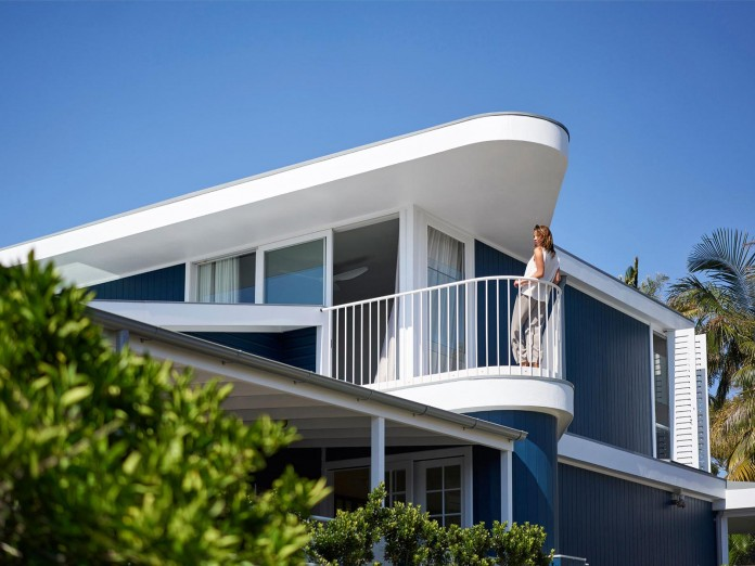Beach-House-on-Stilts-by-Luigi-Rosselli-Architects-01