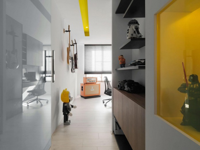 Black,-white-and-yellow-accents-of-H-Residence-by-Z-AXIS-DESIGN-15