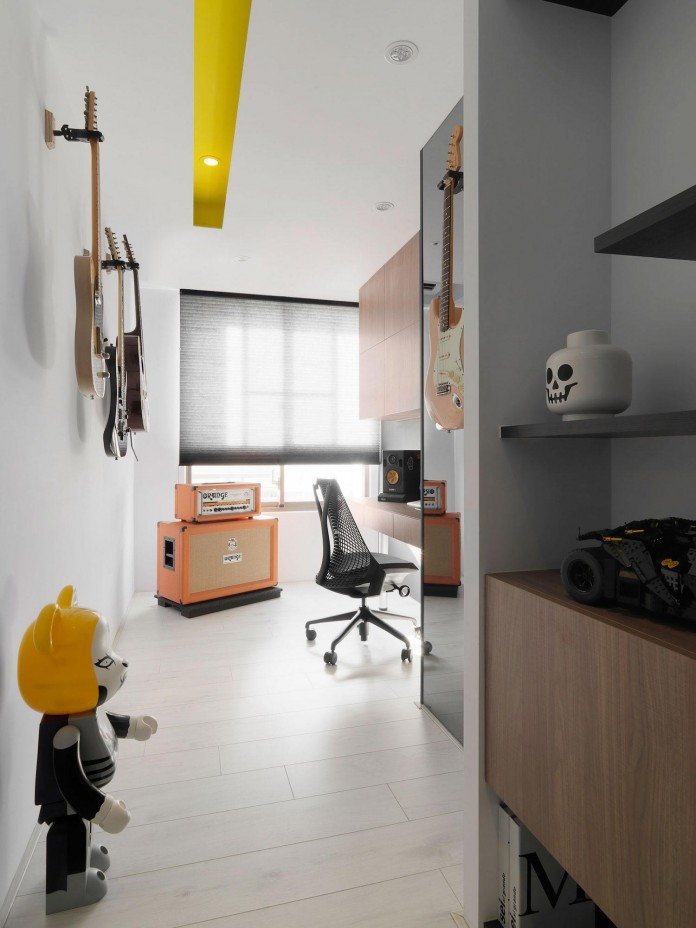 Black,-white-and-yellow-accents-of-H-Residence-by-Z-AXIS-DESIGN-17