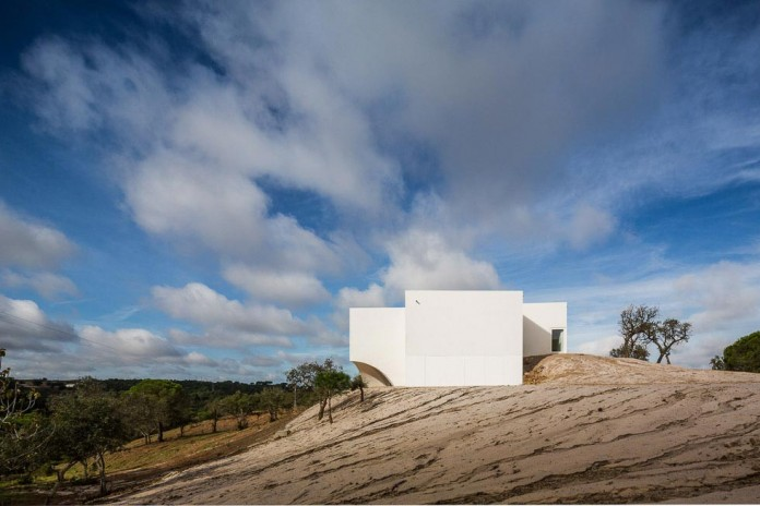 House-in-Fontinha-by-Aires-Mateus-&-Associados-04
