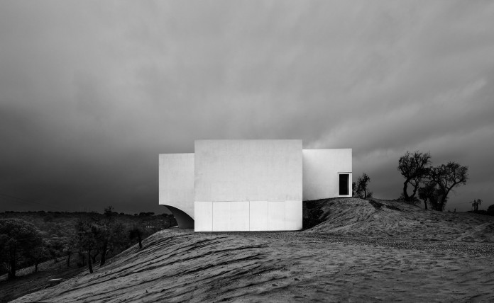 House-in-Fontinha-by-Aires-Mateus-&-Associados-33