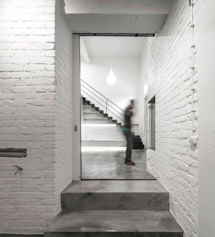 Minimalist-Black-and-White-Anjos-Loft-by-João-Tiago-Aguiar-01