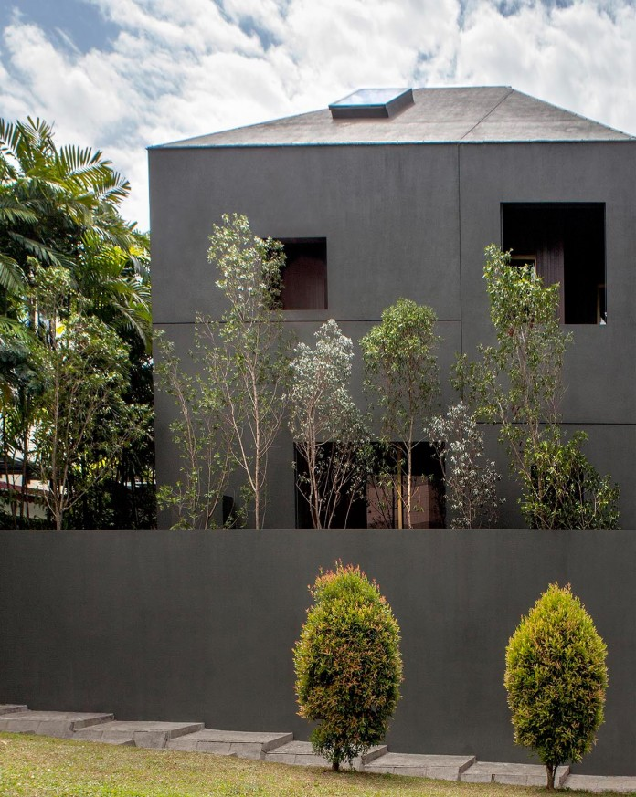 7-Namly-Hill-small-semi-detached-house-in-Singapore-by-ipli-architects-13