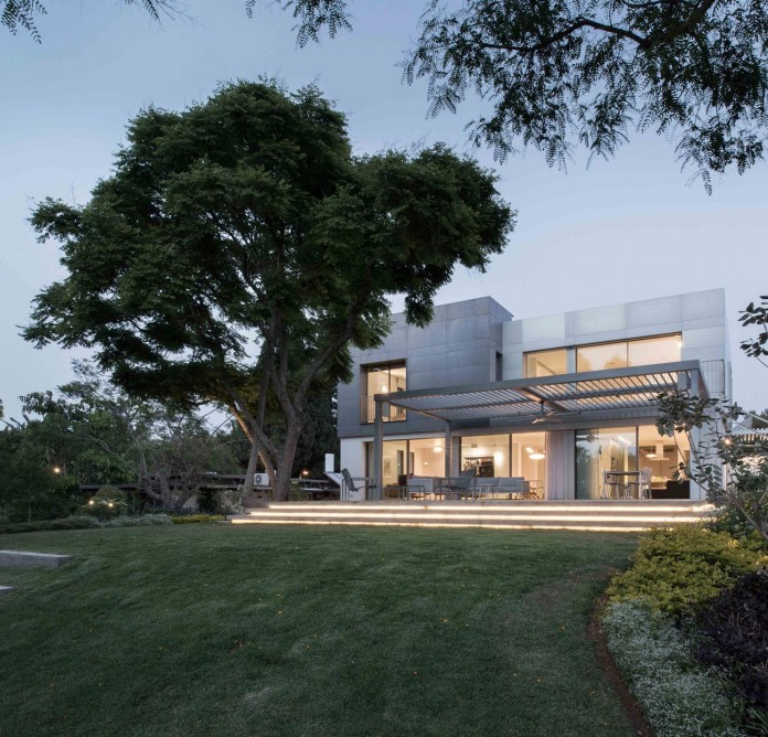 An-Aluminium-Vested-Home-by-Studio-de-Lange-13