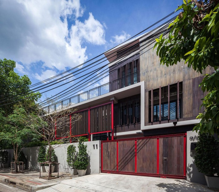 Baan-Sukothai-11-Home-by-Paripumi-Design-features-360-degree-perspectives-over-the-interior-garden-01