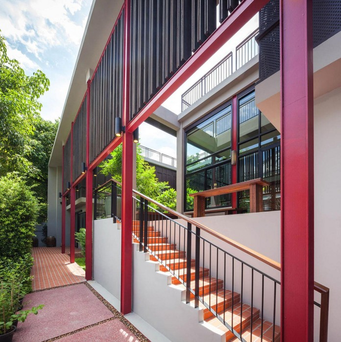 Baan-Sukothai-11-Home-by-Paripumi-Design-features-360-degree-perspectives-over-the-interior-garden-02