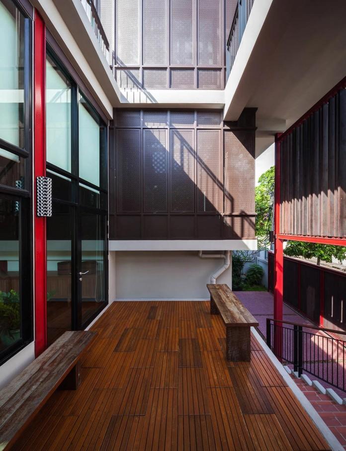 Baan-Sukothai-11-Home-by-Paripumi-Design-features-360-degree-perspectives-over-the-interior-garden-04