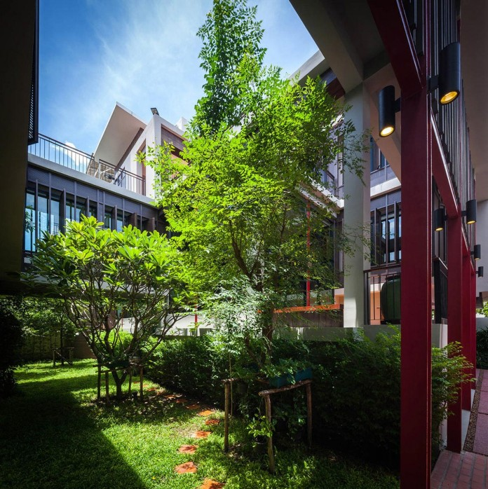 Baan-Sukothai-11-Home-by-Paripumi-Design-features-360-degree-perspectives-over-the-interior-garden-05