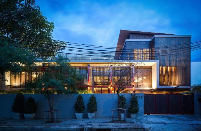 Baan-Sukothai-11-Home-by-Paripumi-Design-features-360-degree-perspectives-over-the-interior-garden-10