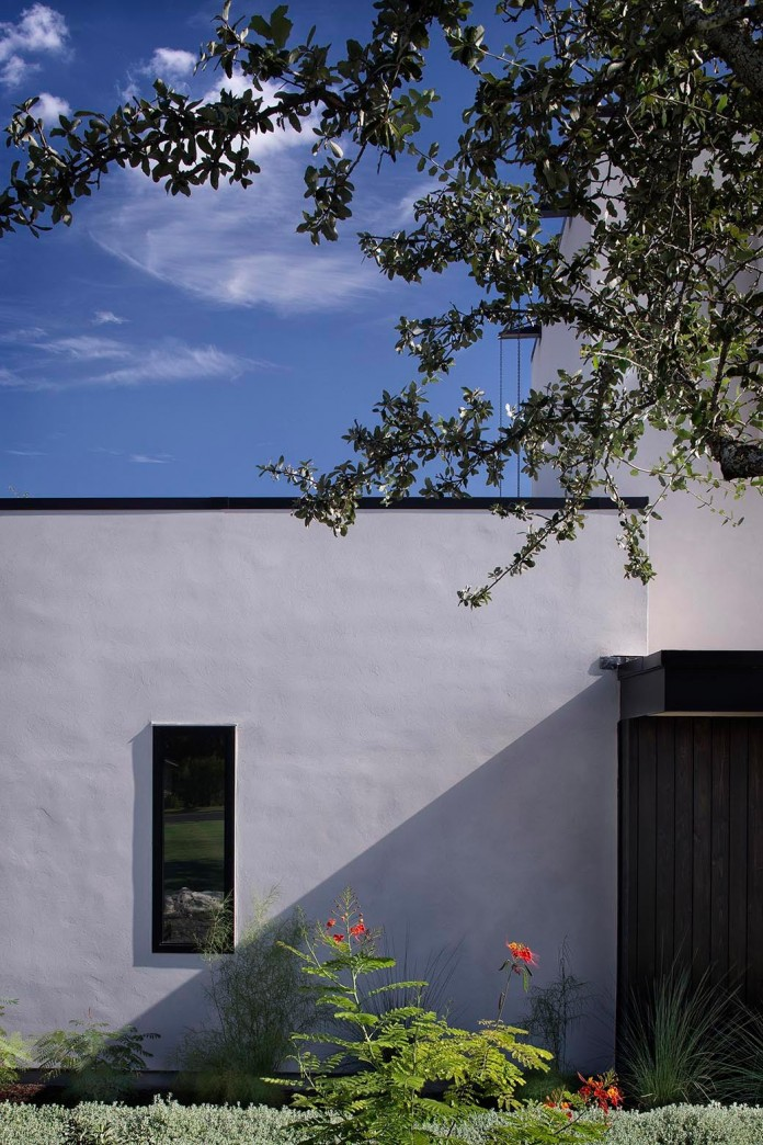 Contemporary-luxury-Lakeway-Residence-by-Clark-Richardson-Architects-04