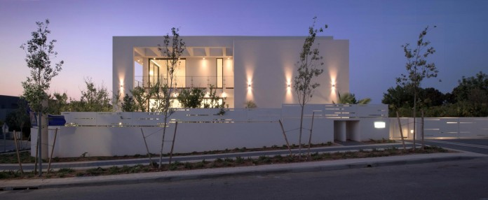 House-N-near-the-old-roman-city-of-Caesarea-by-Israel-Nottes-Architects-01