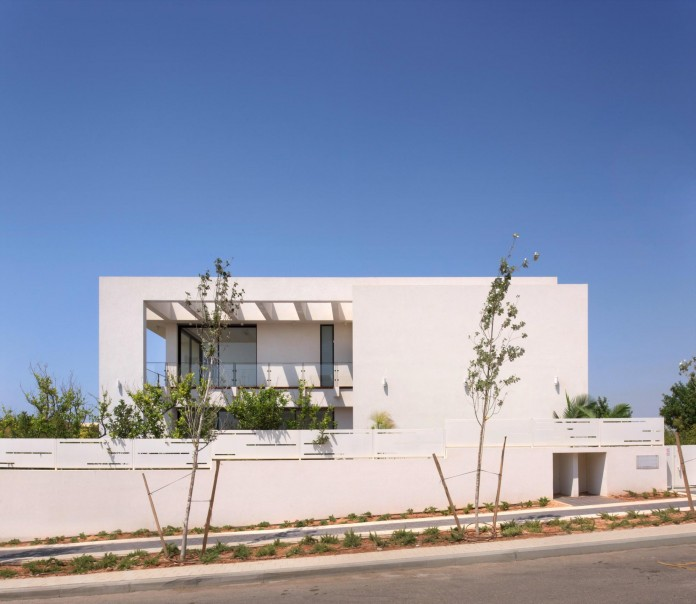 House-N-near-the-old-roman-city-of-Caesarea-by-Israel-Nottes-Architects-02