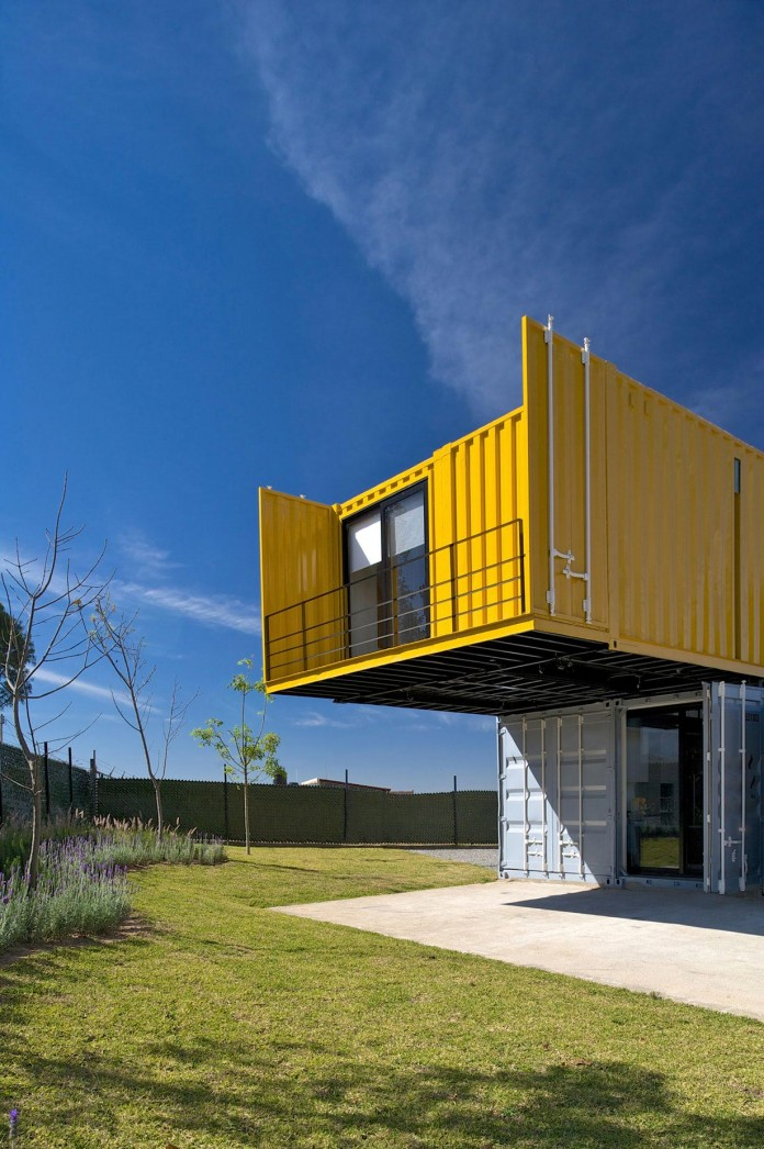 Huiini-House-made-of-four-shipping-containers,-located-in-the-Primavera-forest-by-S+-Diseno-10