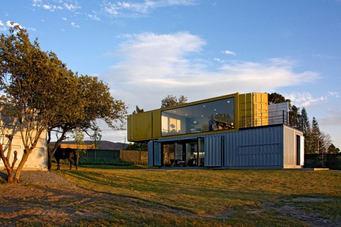 Huiini-House-made-of-four-shipping-containers,-located-in-the-Primavera-forest-by-S+-Diseno-18