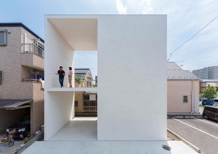 Little-Open-Air-House-with-a-big-Terrace-in-Tokyo-by-Takuro-Yamamoto-01