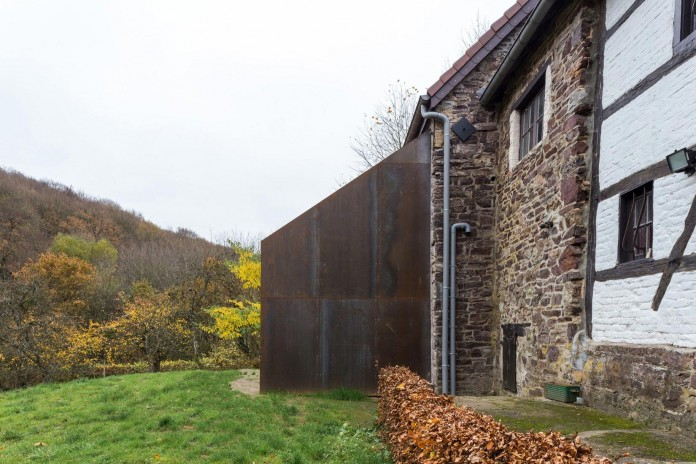 Modern-Barn-Extension-of-a-Eighteenth-Century-Home-in-Lustin-by-Puzzle-s-Architecture-08