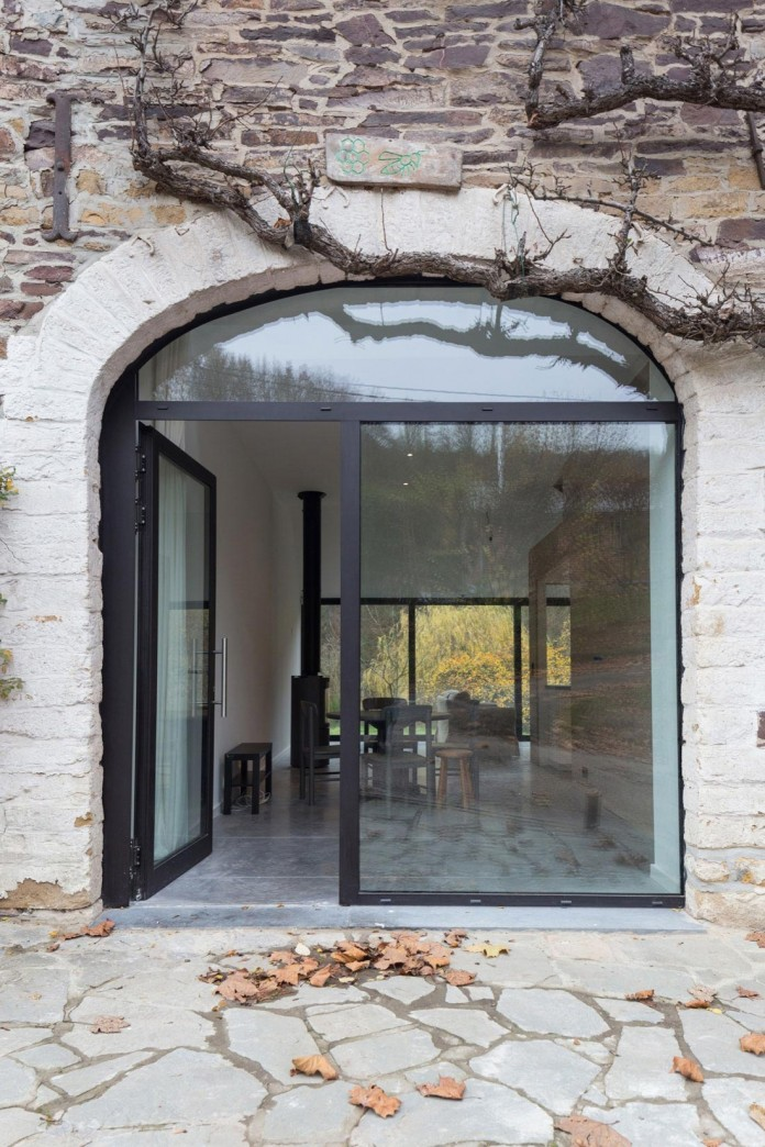 Modern-Barn-Extension-of-a-Eighteenth-Century-Home-in-Lustin-by-Puzzle-s-Architecture-12