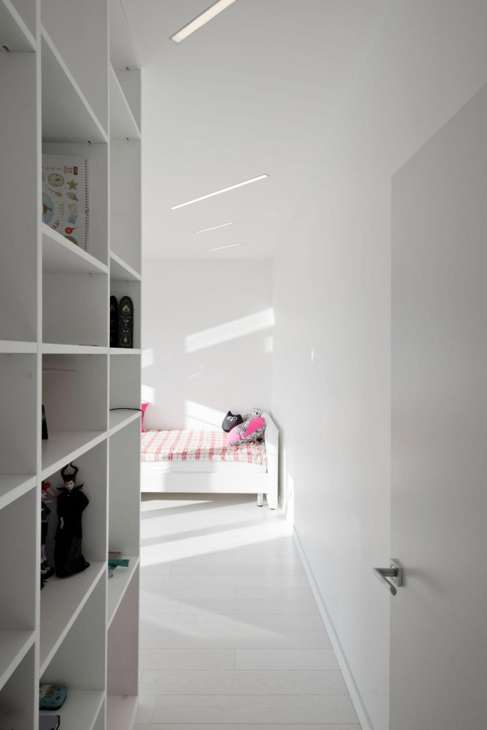 Modern-fully-white-apartment-in-Moscow-by-Shamsudin-Kerimov-21