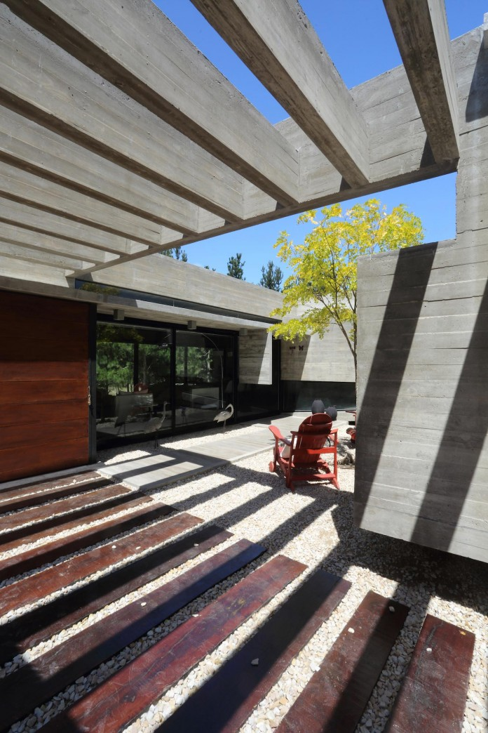 S-S-Summer-House-by-Besonias-Almeida-arquitectos-05