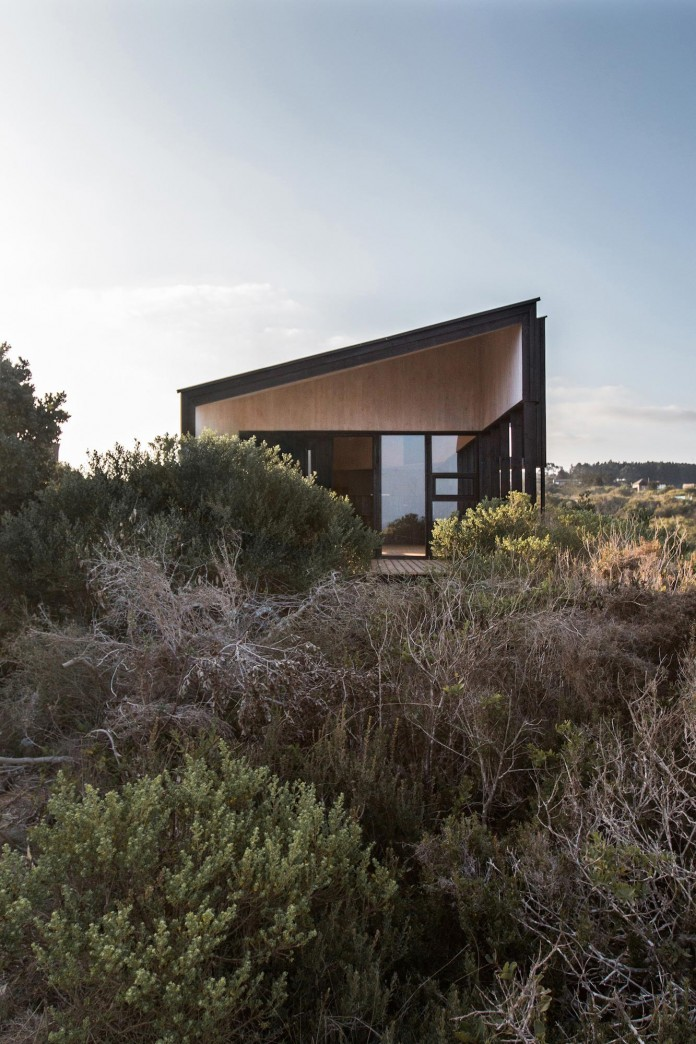 Stranded-House-with-open-space-for-living-room-dining-room-and-kitchen-by-WHALE-06