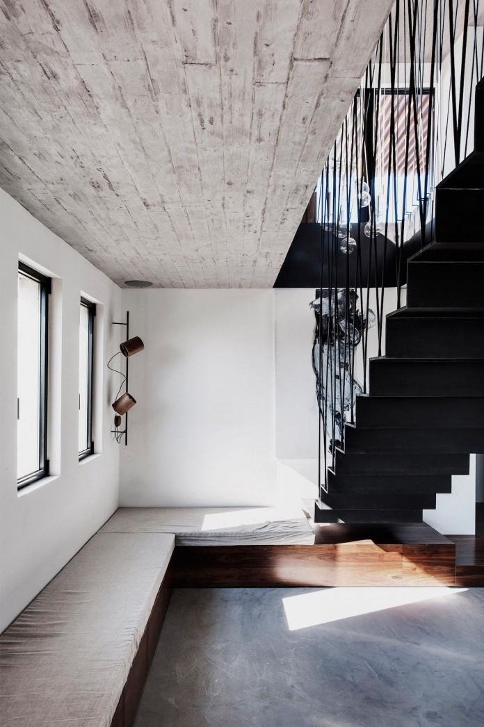 Wood-concrete-and-metal-creates-a-contemporary-yet-warm-living-space-of-a-Duplex-Penthouse-in-Tel-Aviv-by-Gabrielle-Toledano-07
