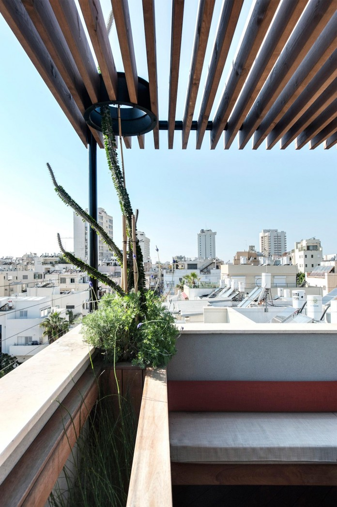Wood-concrete-and-metal-creates-a-contemporary-yet-warm-living-space-of-a-Duplex-Penthouse-in-Tel-Aviv-by-Gabrielle-Toledano-20