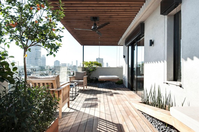 Wood-concrete-and-metal-creates-a-contemporary-yet-warm-living-space-of-a-Duplex-Penthouse-in-Tel-Aviv-by-Gabrielle-Toledano-22